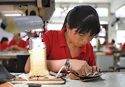 圖為廣東一家製鞋廠。(Getty Images)