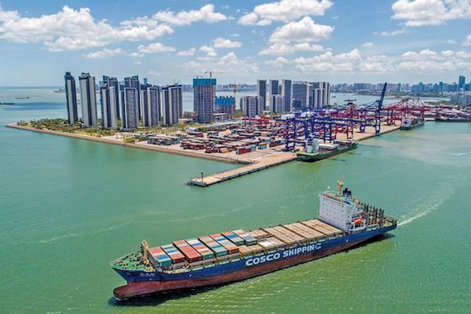 這張攝於2021年5月17日的航拍照片顯示,一艘滿載貨櫃的貨船正離開中國海南省海口市一個港口。(Getty Images)