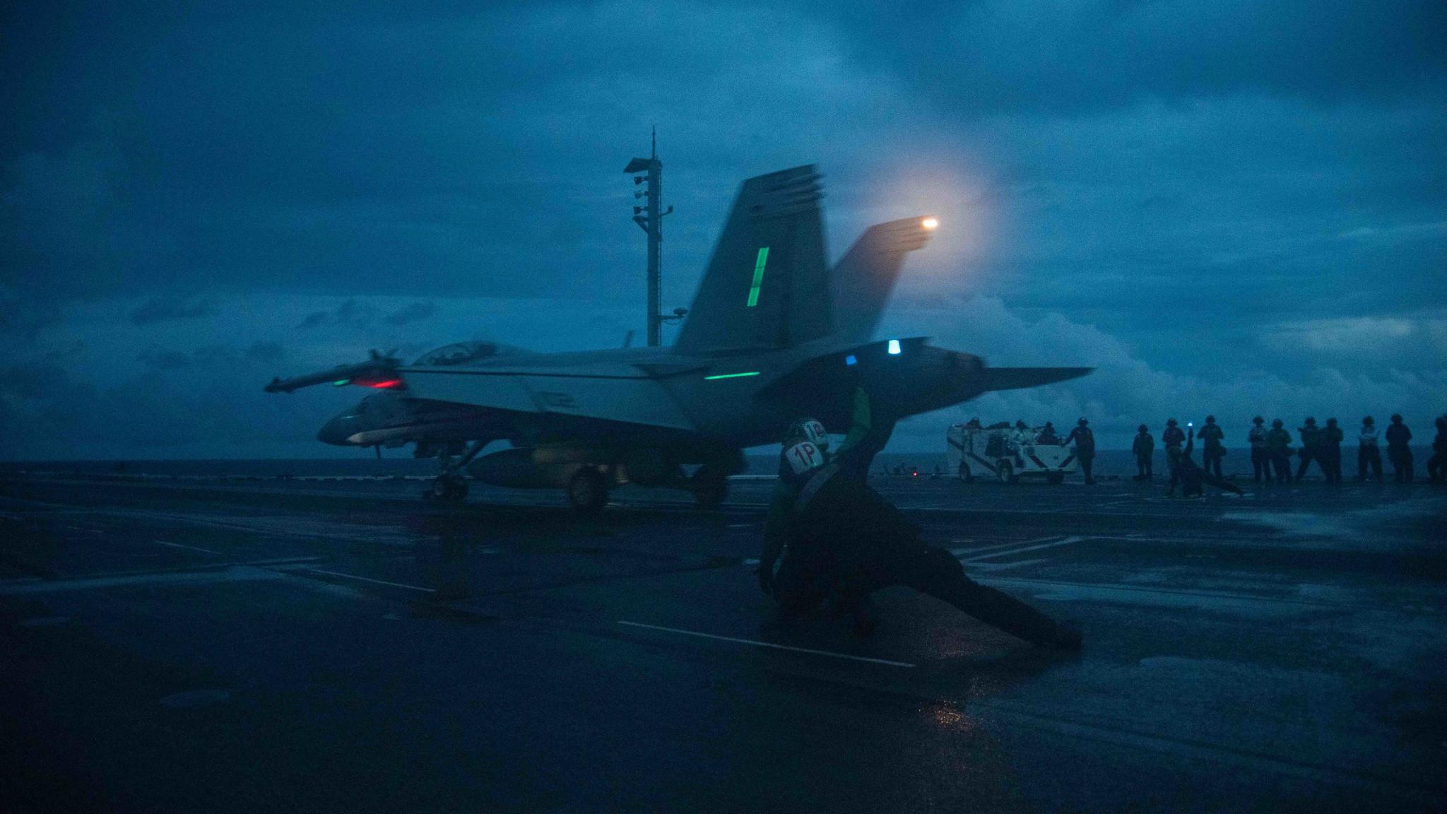 6月15日28架次中共軍機侵擾台灣空域。6月14日美軍第七艦隊列根號航母打擊群再度駛入南中國海。圖為清晨F/A-18F 超級大黃蜂細雨中在列根號航母飛行甲板上操演。(USS Ronald Reagan Twitter)