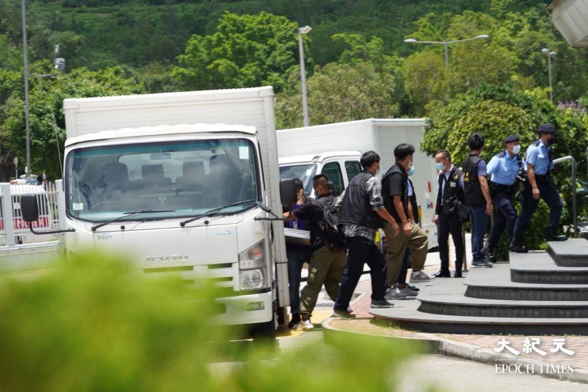 今日(6月17日)早上,逾百警員搜查位於將軍澳的《蘋果日報》大樓。(宋碧龍/大紀元)