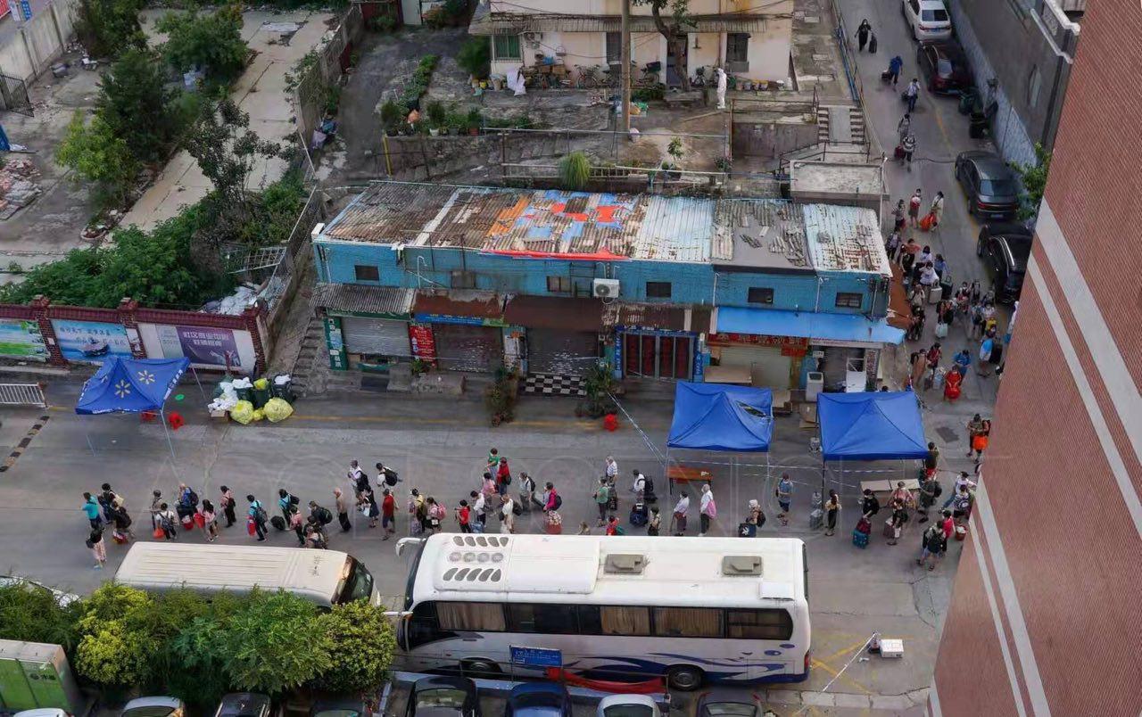 荔灣區鶴園社區居民7日接獲通知,需連夜轉移到酒店接受集中隔離。(知情人提供)