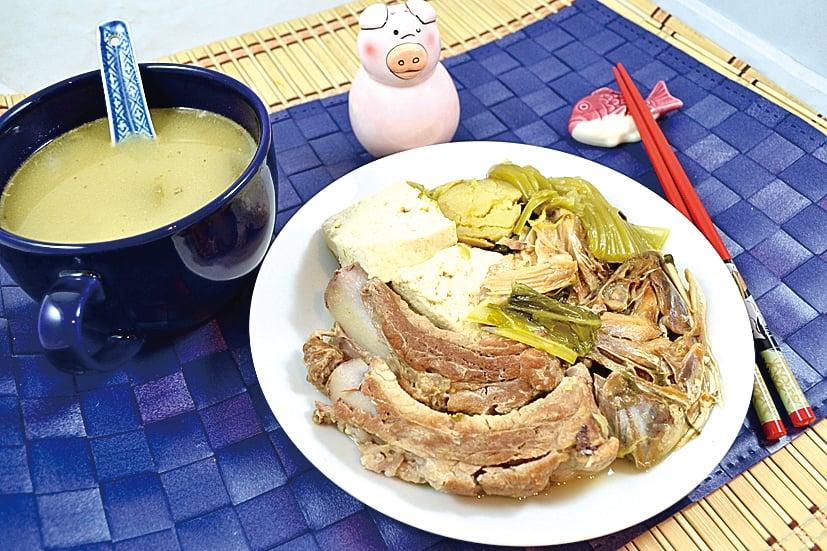 吃這道鹹魚頭芥菜豆腐湯時,可將湯料和湯分開品嚐。