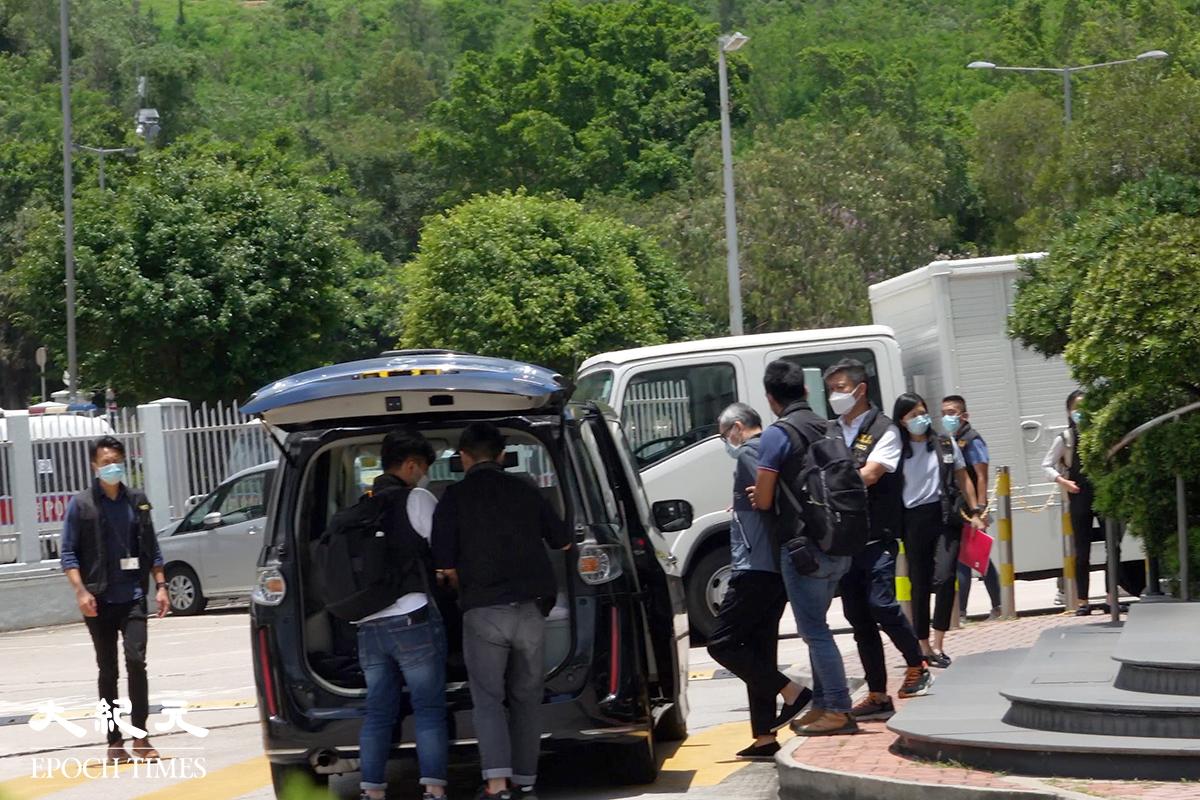 壹傳媒行政總裁張劍虹被警員帶離蘋果大樓。( 余鋼/大紀元)