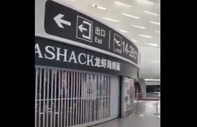 6月18日,深圳機場因出現確診病例,所有商鋪都關閉。(網絡視頻截圖)