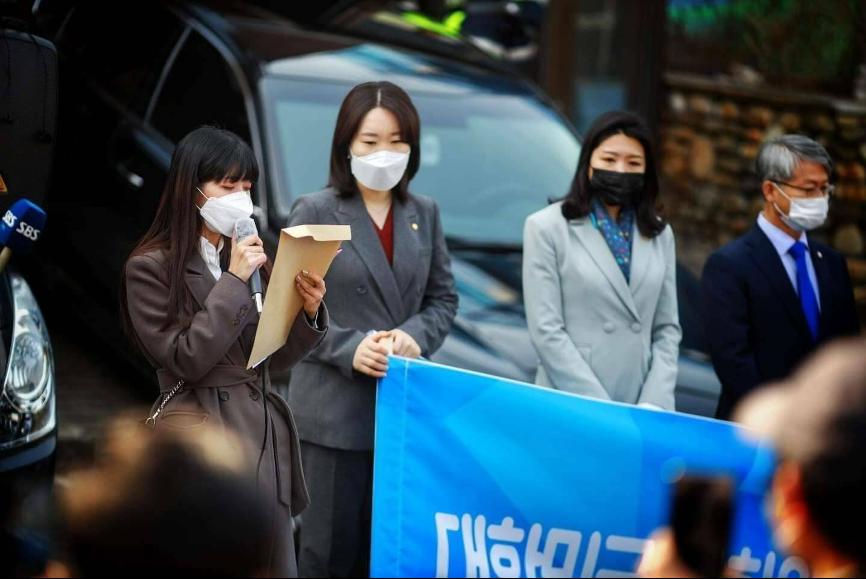 Moe(左一)在3月11日聯同多名韓國國會議員前往首爾市的緬甸駐韓國大使館門前發言,抗議緬甸軍方針對示威者的殺戮。(受訪者提供)