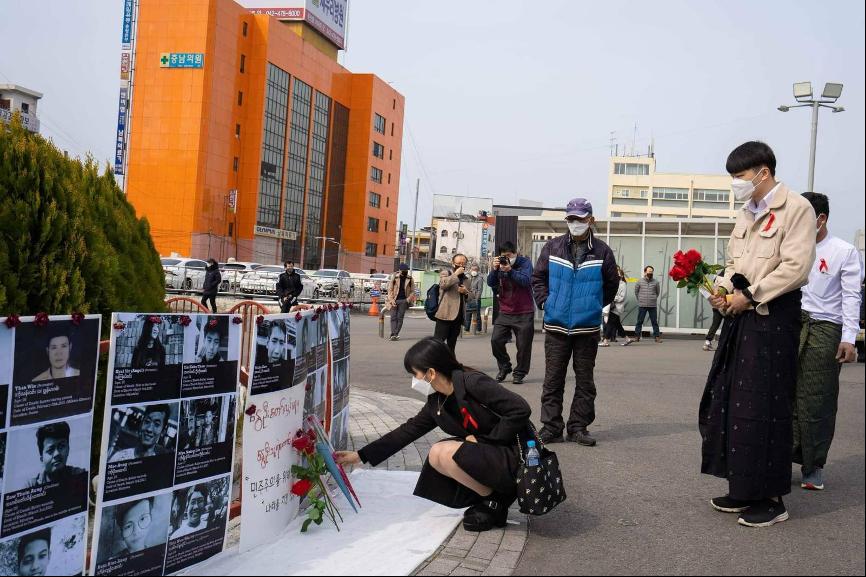 Moe(獻花者)在南韓首爾一處空地聯同一眾緬僑舉行悼念在示威中喪生的緬甸人,並為死難者獻上鮮花。(受訪者提供)