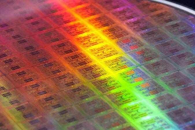 圖為2009年5月,日本電腦巨頭富士通公司發佈的搭載世界上最快的CPU晶片「Venus」的300mm晶片。(YOSHIKAZU TSUNO / AFP )