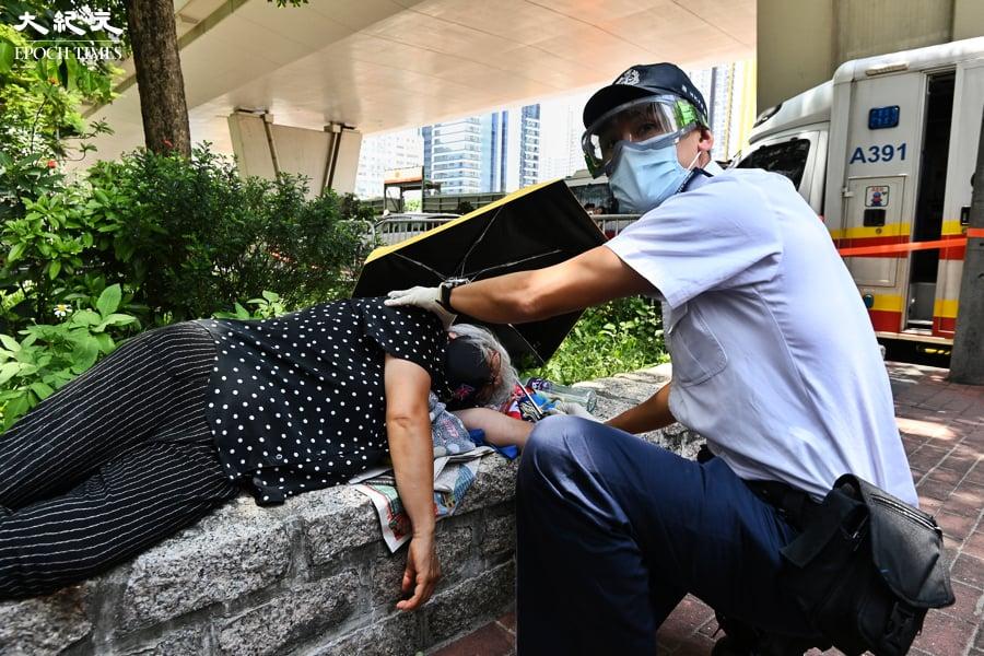 王婆婆聲援《蘋果》被警抬走 受傷call白車送院