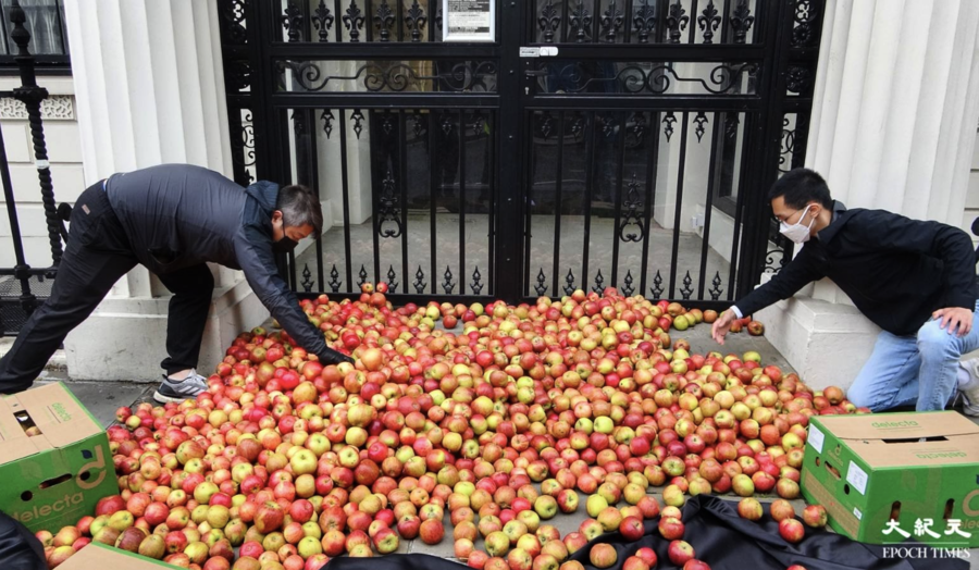 抗議打壓新聞自由  逾千「蘋果」倒倫敦中共使館門外
