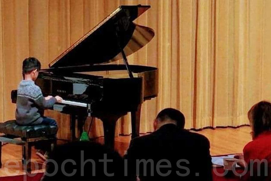 Matt以「德行比學習更重要」作為教育兒子的重要理念。圖為Matt兒子參加公開鋼琴比賽。(受訪者提供)