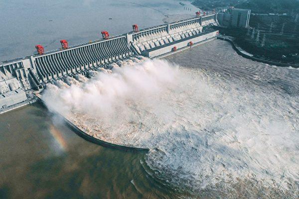 中共在長江中上游過度地建設水電站,以及對生態環境的破壞,導致長江中下游夏季洪水氾濫,冬季枯水期長達數月之久。圖為2020年8月23日航拍顯示的三峽大壩。(STR/AFP via Getty Images)