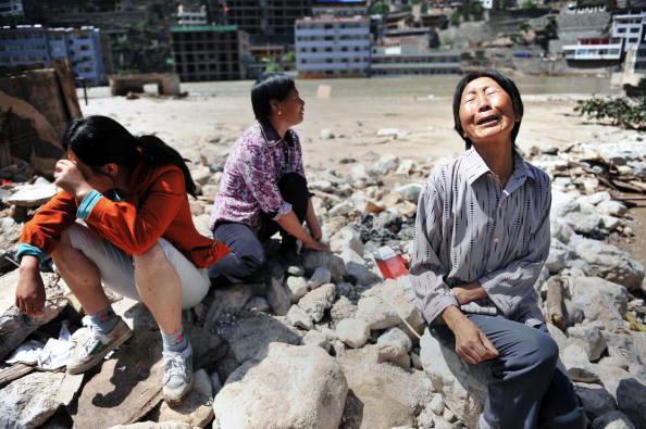 2010年8月15日甘肅省舟曲縣泥石流中喪生的民眾舉行頭七,場面哀戚。(STR/AFP/Getty Images)