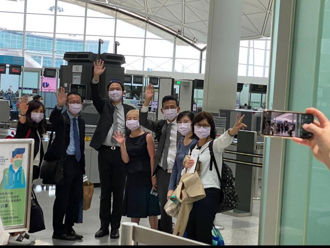 台灣駐香港辦事處代理處長林振宙(左三)等七名官員,昨天下午離開香港返台。(陸委會Facebook圖片)