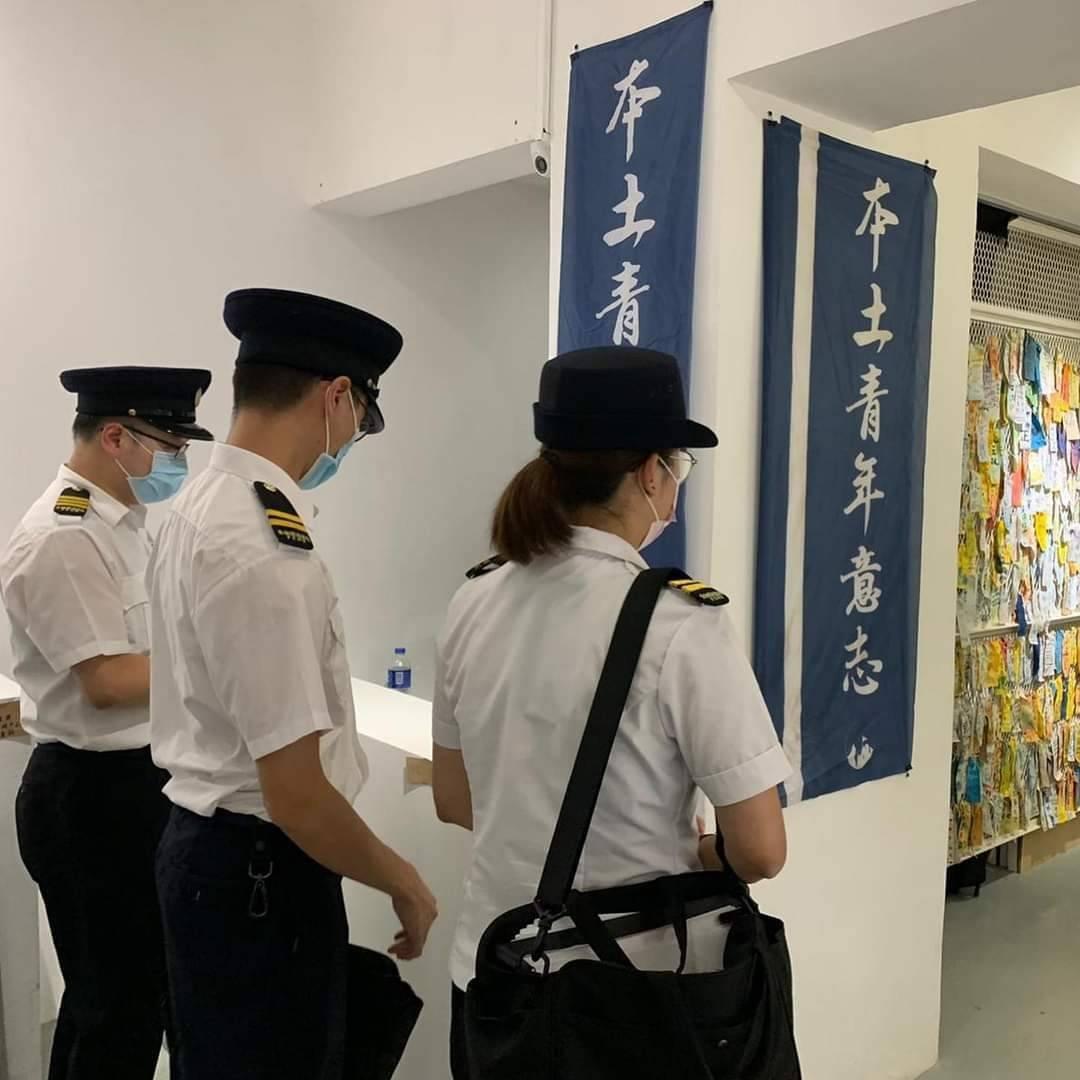 6月10日食環署職員曾經到展覽現場,進行警告及記錄負責人資料。(本土青年意志提供)