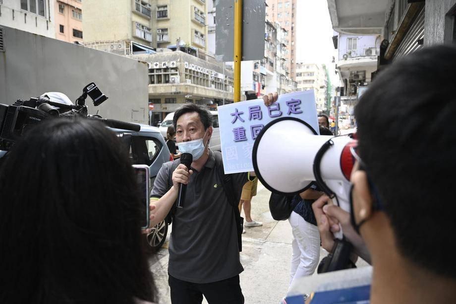 6月20日藍營支持者傅振中以及兩名手下,率領 TVB、大公、文匯等藍媒到展覽會場門外叫囂。(立場新聞)