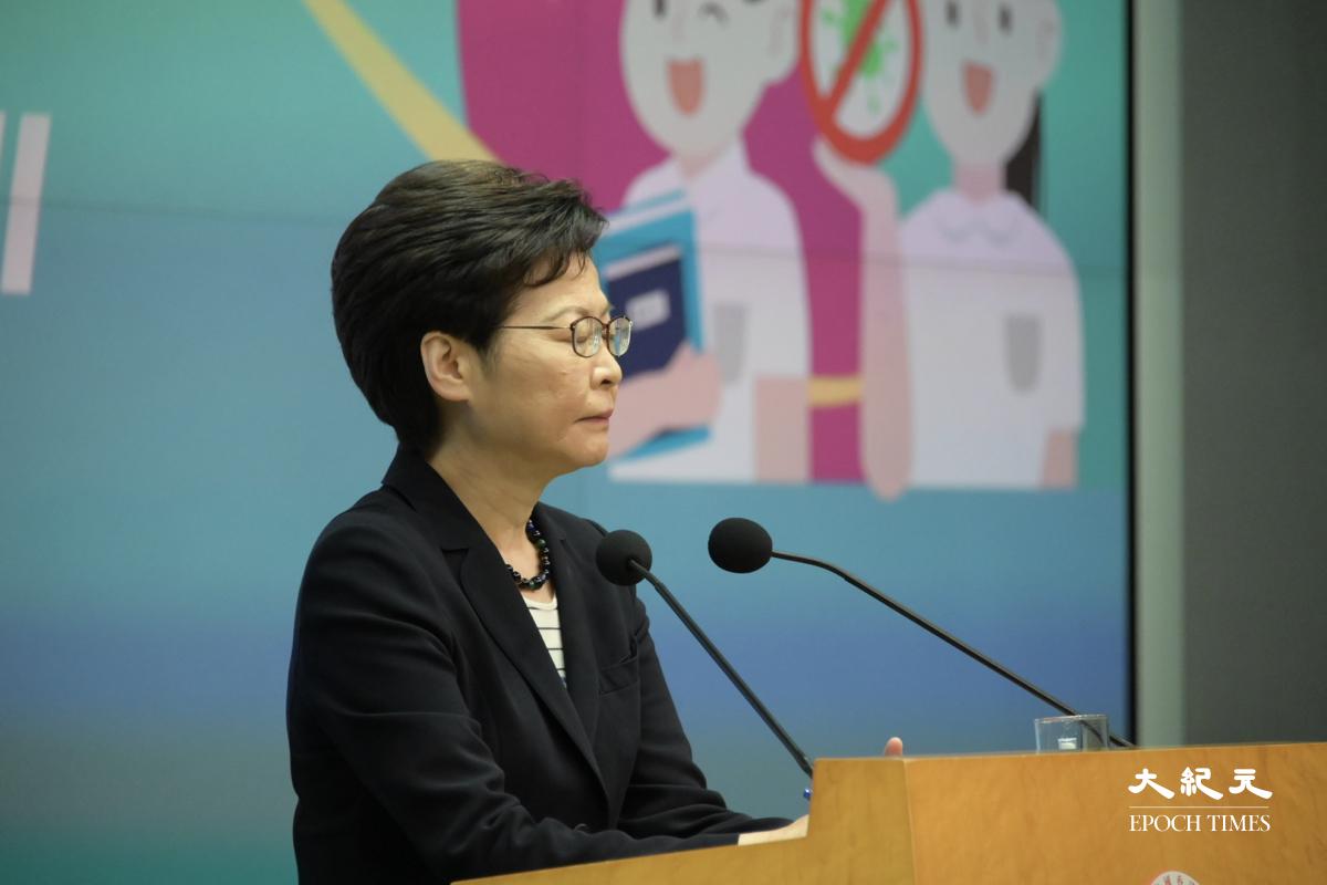 林鄭月娥今(22日)早出席行會前見記者。(郭威利/大紀元)