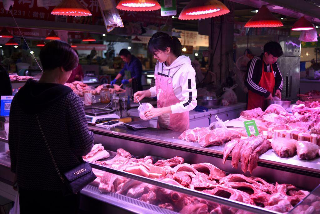 中共國家統計局日前發佈了5月居民消費價格指數(CPI)。數字雖低於預期,主要原因是大陸的豬肉價格大幅下跌所致,而大宗商品價格則仍在持續上漲。有經濟學家表示:「拿掉豬以後都是通脹。」(WANG ZHAO/AFP via Getty Images)