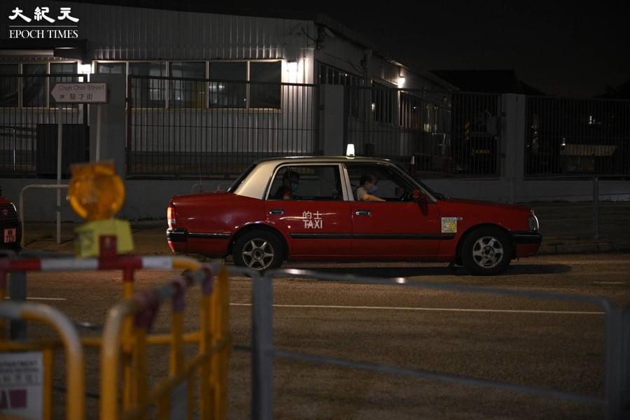 今日 ( 22日 ) 晚上七時許,一名自稱中國人的紅衣男子向《蘋果日報》廠房內拋擲兩袋物品後,乘坐預先準備的的士離開。(言午/大紀元)