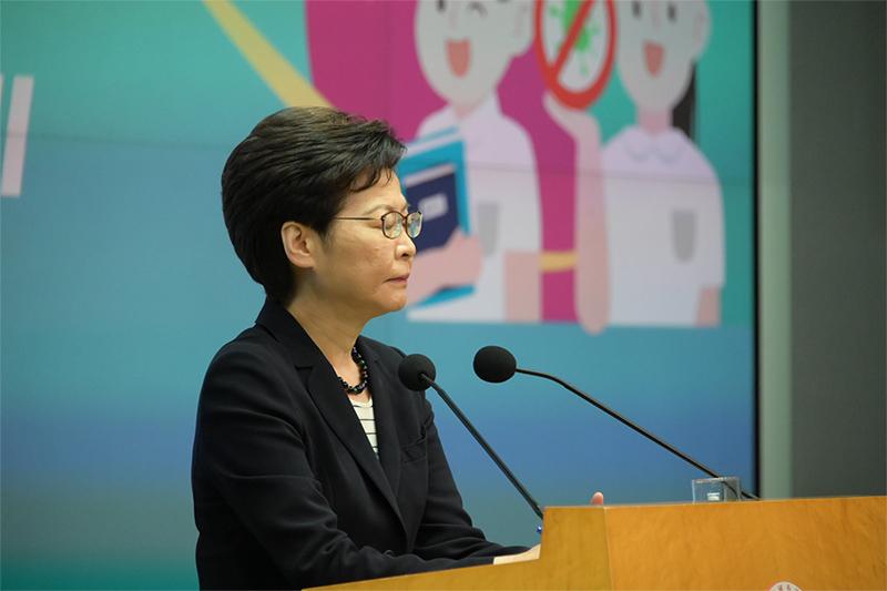 林鄭月娥昨早出席行會前見記者,拒回應800幾名《蘋果》員工被迫失的問題。(郭威利/大紀元)