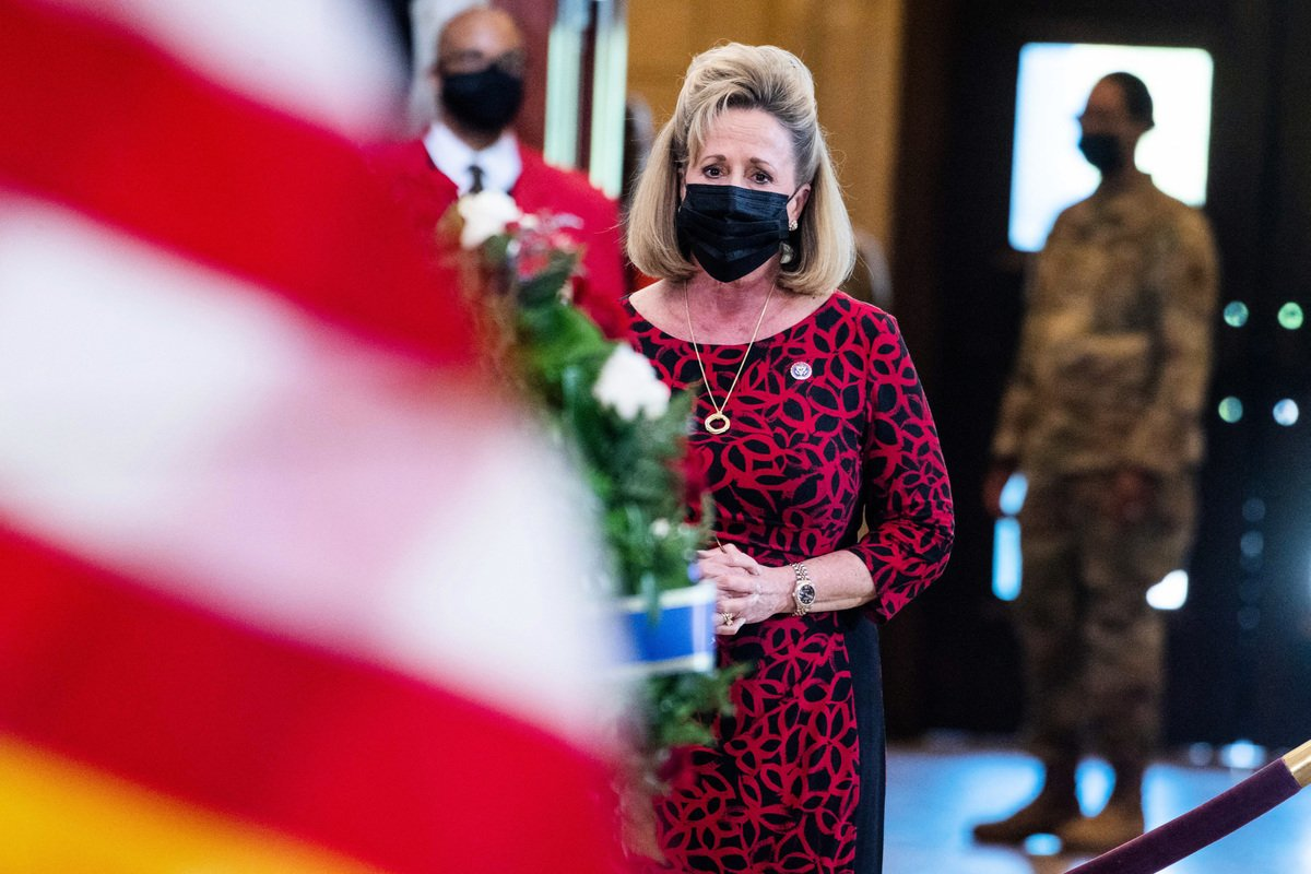 圖為推動《美國補償法案》的美國聯邦眾議員瓦格納(Ann Wagner)於4月13日出席一場警察悼念會。(Getty Images)