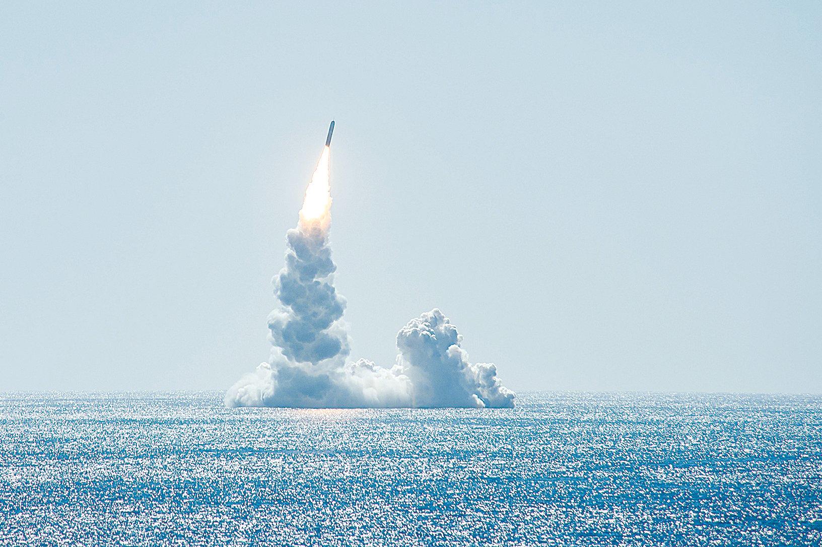 2020年2月12日,俄亥俄級戰略核潛艇在加州外海發射三叉戟II D-5彈道導彈。(美國海軍)
