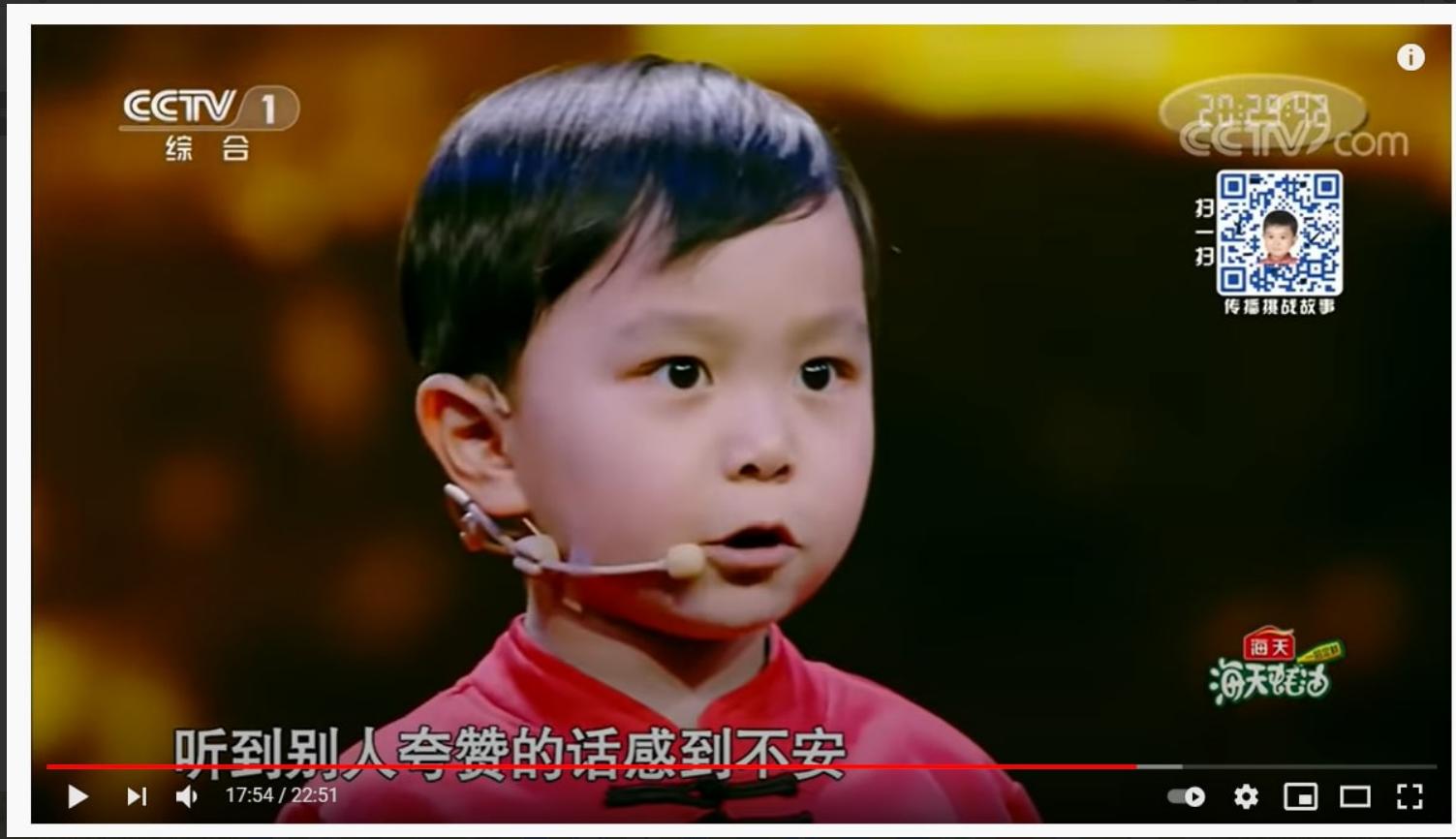 小詩童王恆屹,三歲時已經開始參加各種關於古詩詞的比賽,今年六歲的他,已識3千多字,背580多首詩。他不僅能背誦詩詞,也知道其內涵。聽到別人誇讚的話他會感到不安,圖為詩童王恆屹。(影片截圖)