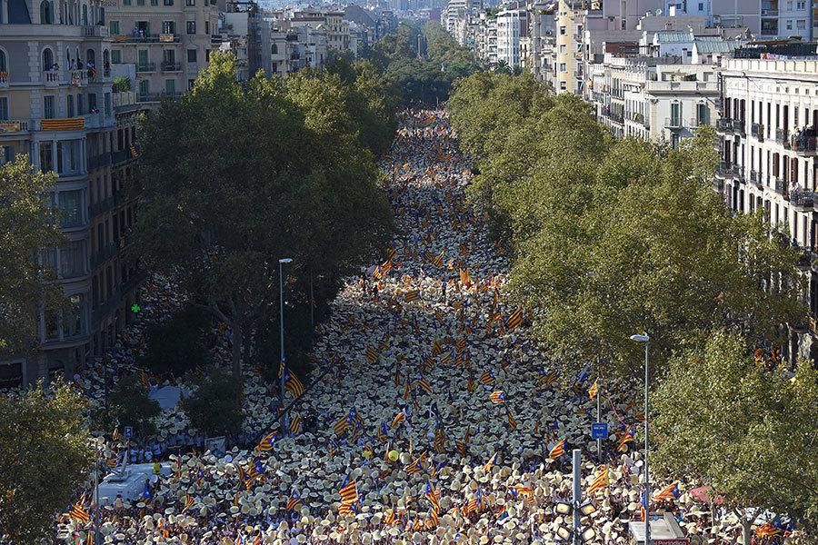周日(11日)加泰羅尼亞民族主義者(Catalonia)在西班牙巴塞隆拿舉行遊行集會,要求脫離西班牙獨立,數十萬民眾參加。(LLUIS GENE/AFP/Getty Images)
