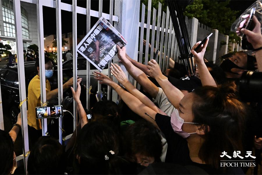 送別蘋果|市民冒雨到蘋果道謝支持 職員凌晨免費派最後一份報紙  警員到場驅散【組圖】