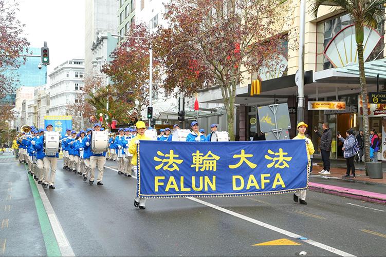 集會後,法輪功學員在奧克蘭市中心皇后街遊行。(譚鑫/大紀元)