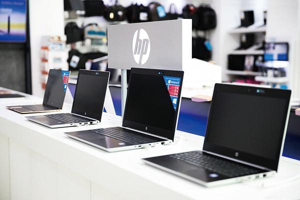「晶片荒」開始衝擊消費者,電腦、打印機紛紛漲價,圖為一家店裏展示的惠普手提電腦。(Shutterstock)