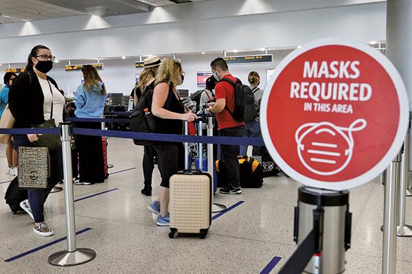 邁阿密國際機場達美航空服務台前的乘客。(Joe Raedle/Getty Images)
