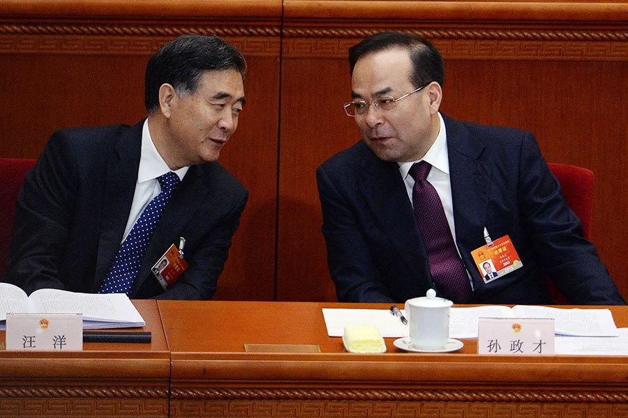 圖為汪洋(左)與孫政才(右)正在交談。(WANG ZHAO/AFP/Getty Images)