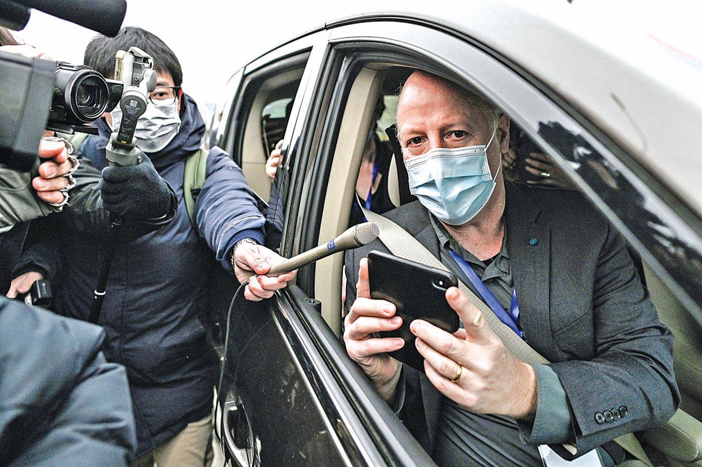 今年年初,世衛組織讓與武漢病毒研究所關係密切的生態健康聯盟主席達扎克(右)作為專家組成員去武漢病毒所展開調查。(AFP)