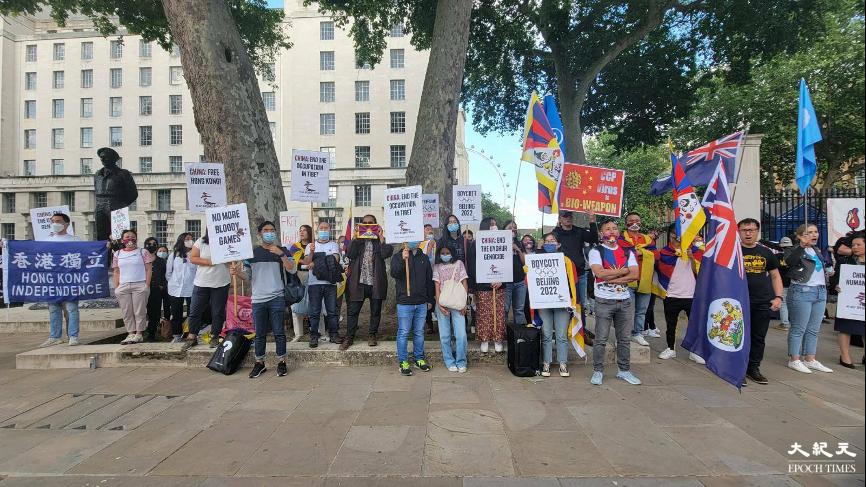 全球多個維權團體在昨日「國際奧運日」發起抵制北京冬奧會集會,英國首都倫敦亦有近百人參加集會。(文苳晴/大紀元)