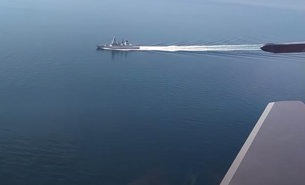 俄羅斯國防部公佈的影片中,一架蘇-30SM戰鬥機從英國軍艦一旁飛過。(影片截圖)
