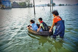 【圖片新聞】特大暴雨兩月後 仍用澡盆送孩上學