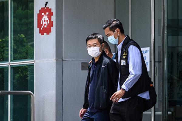 圖為6月17日,《蘋果》前總編輯羅偉光被警方帶走。(ANTHONY WALLACE/AFP via Getty Images)
