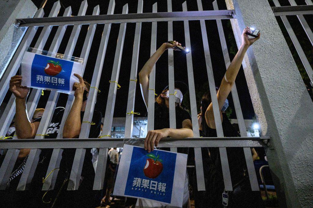 蘋果日報中國組主管,副總編蔣美紅,今(24日)早上在商台節目中表示,楊清奇被捕後,她跟蘋果高層開會商討對策,作出《蘋果》提早停止運作的決定。(ANTHONY WALLACE/AFP via Getty Images)