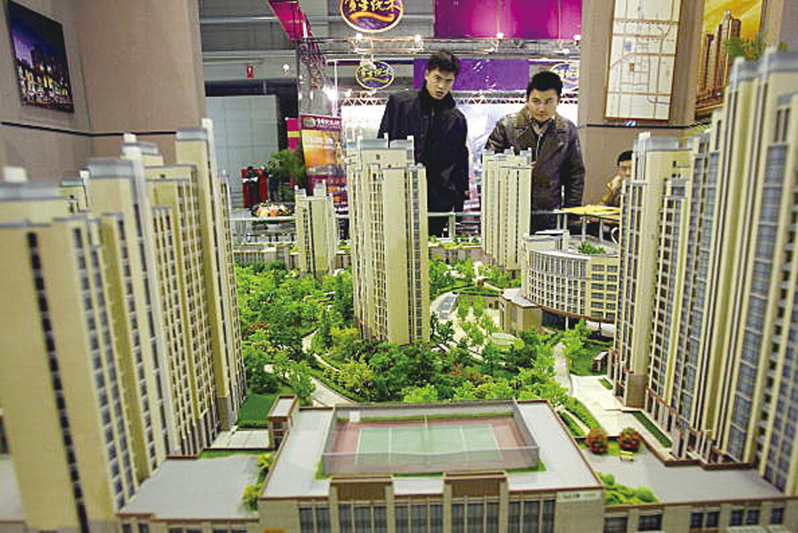 北京民眾為了購房正頻頻上演假結婚潮。圖為北京的一處樓盤展示現場。(AFP/Getty Images 2005/12/12)