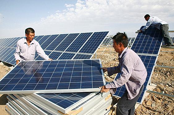 美國準備禁止進口中國新疆地區製造的一些太陽能產品。圖為新疆哈密地區,工人正在安裝太陽能電池板。(ChinaFotoPress/Getty Images)