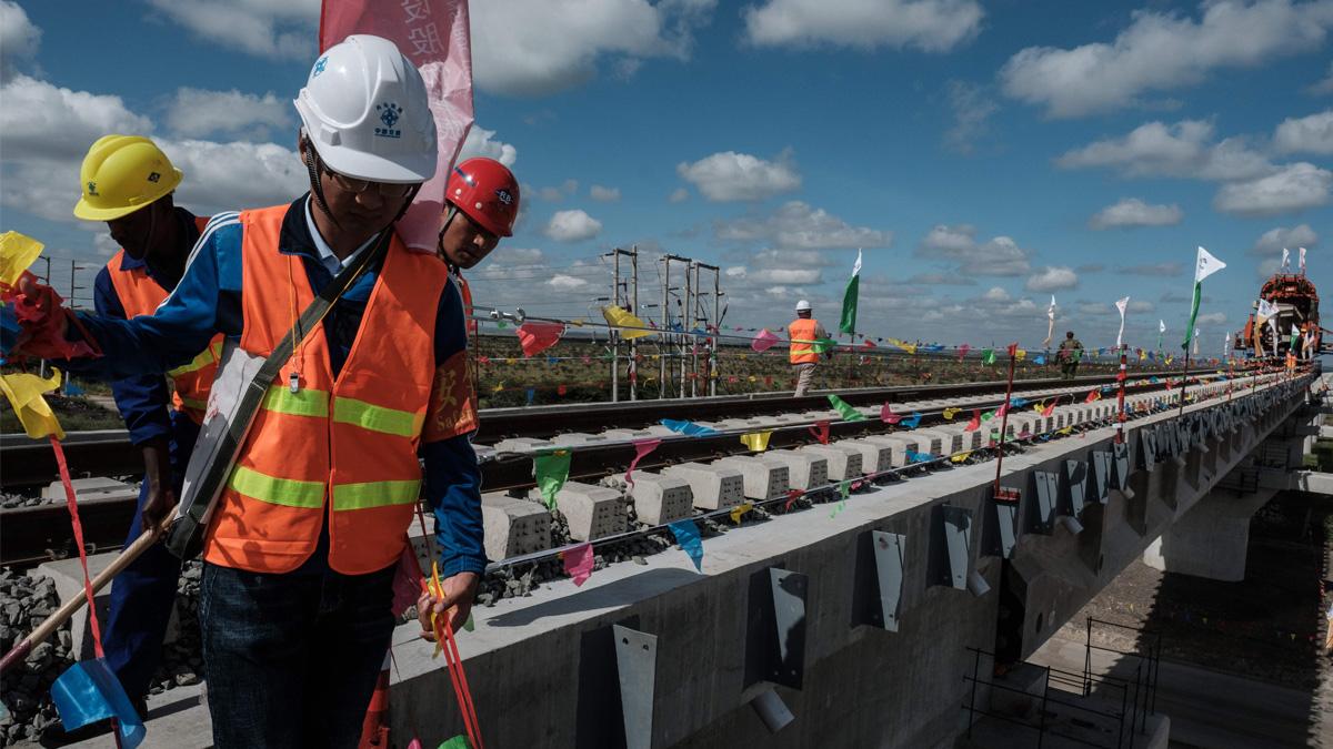 2018年6月23日,在蒙內鐵路(SGR)施工現場的中國工人。(YASUYOSHI CHIBA/AFP via Getty Images)
