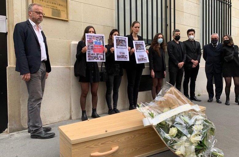 無國界記者在中共駐法國使館外擺放棺材抗議