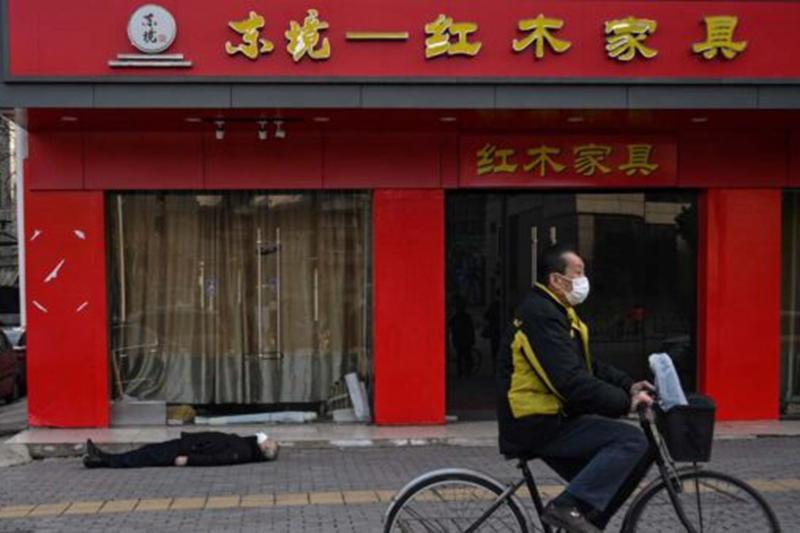 「死去的老人躺在武漢人行道上」攝影獲獎