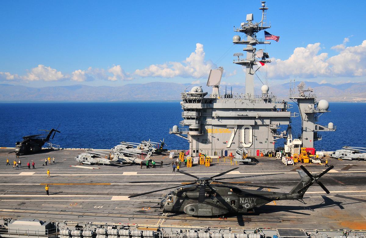近日,美日舉行36年來規模最大軍演。俄軍舉行萬人規模軍演;逼近夏威夷。美軍出動卡爾文森號航母打擊群;3艘伯克級宙斯盾驅逐艦跟監。圖為卡爾文森號航母打擊群。(Daniel Barker/U.S. Navy via Getty Images)