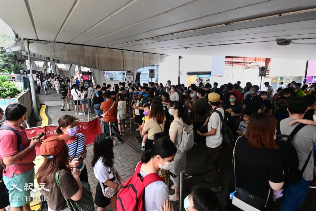 大批市民到山頂纜車打卡留念,人龍一度排到香港公園體育館。(宋碧龍/大紀元)