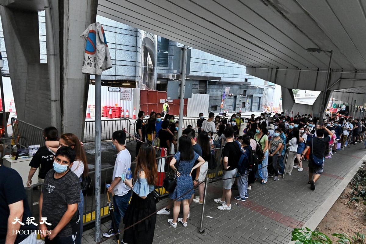 大批市民到山頂纜車打卡紀念,人龍一度排到香港公園體育館。(宋碧龍/大紀元)