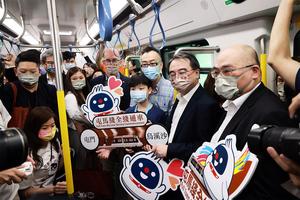 屯馬綫首日通車 逾百人凌晨乘坐頭班車