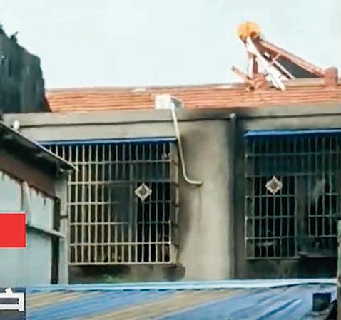 被燒得燻黑的武館窗戶。(視頻截圖)
