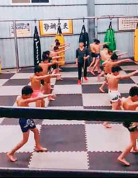 在震興武館內訓練的小孩。(視頻截圖)