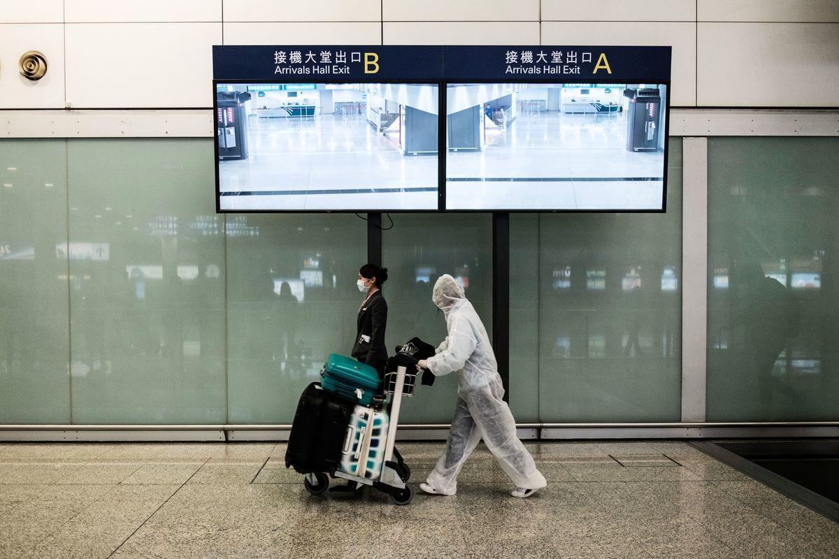 24日香港航空男地勤確診Delta變種病毒,感染源頭未明。圖為香港機場接機大堂。(Photo by ANTHONY WALLACE/AFP via Getty Images)